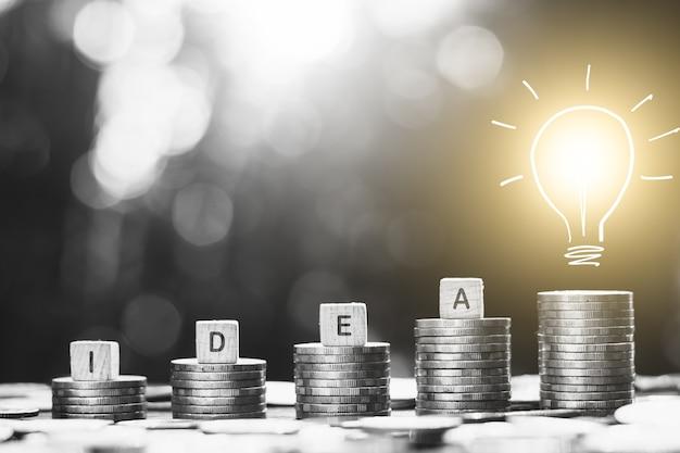 コインが積み重ねられ、テクノロジーアイコンが上に点灯し、将来のためにお金を稼ぐためのアイデアが表示されます。