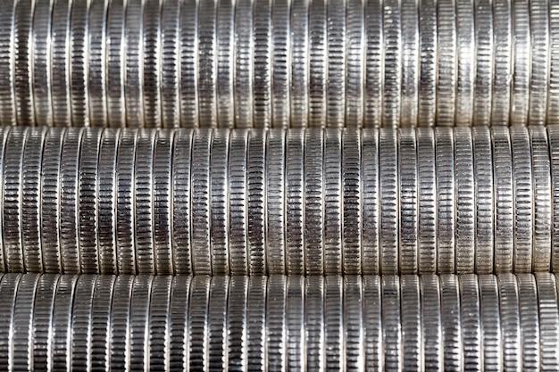 은빛 색조와 금속 합금으로 만들어진 동전, 클로즈업 동전은 법적 지불 수단으로 사용되며 동전은 사용 후 결함이 있습니다.