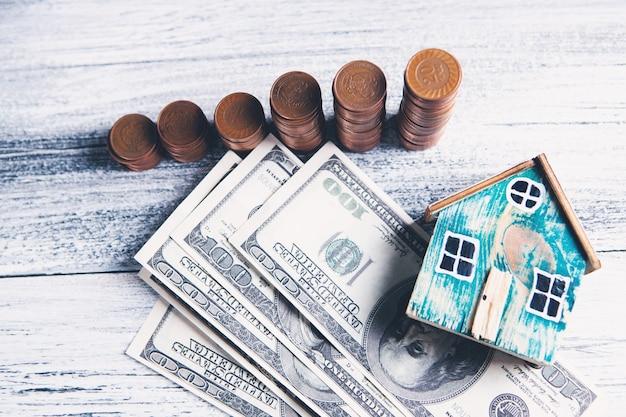지폐와 테이블에 집 동전