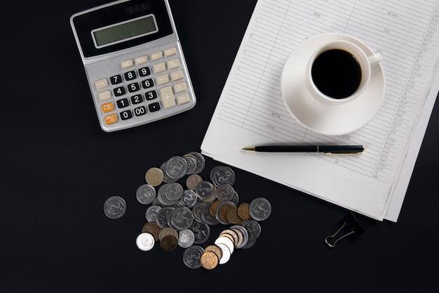 계산기와 테이블에 문서에 커피와 동전