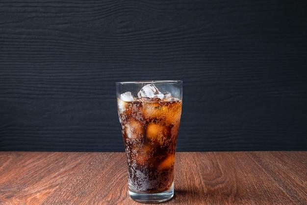 콜라 음료와 검은 청량 음료