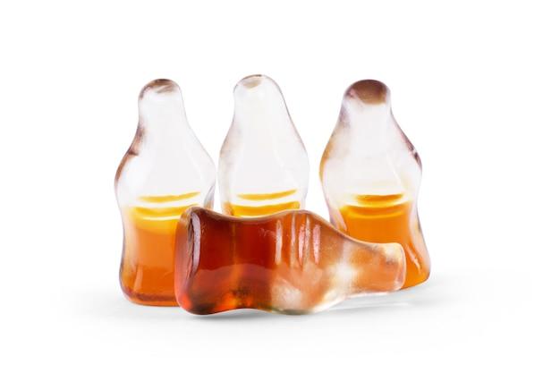 흰색 배경 위에 격리된 콜라 병 모양의 콜라 맛 젤리.
