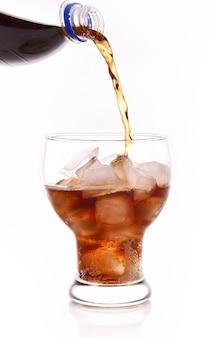 화이트 유리에 콜라 청량 음료
