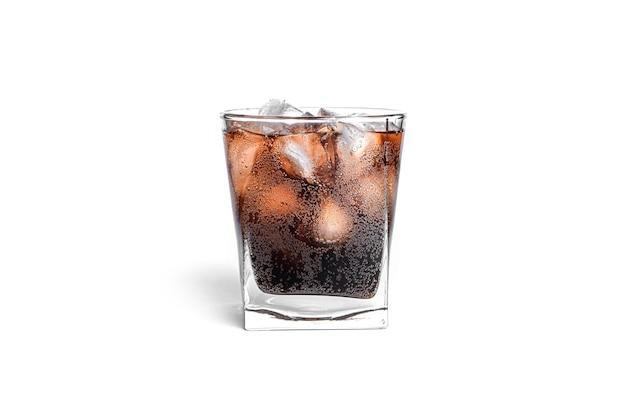 分離された透明なガラスの氷とコーラ。