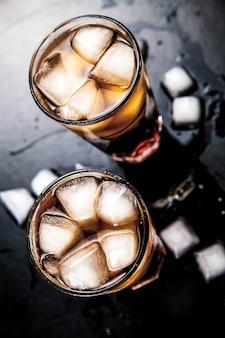Кола со льдом на деревянном столе. безалкогольные напитки