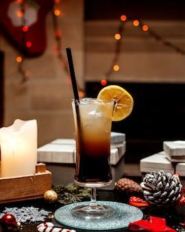 氷とレモンがたっぷり入ったコーラ