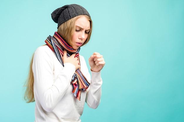 감기와 독감. 기침과 목이 아픈 느낌이 실내에서 아름 다운 십 대 소녀의 초상화. 기침 아픈 건강에 해로운 여자의 근접 촬영