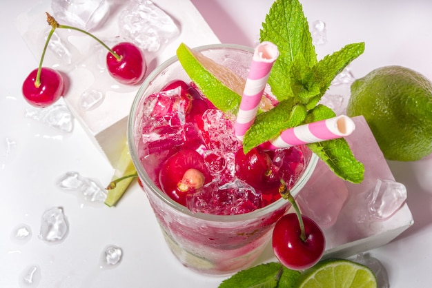 Холодный и освежающий летний напиток. вишневая кола, лаймад, коктейль из мохито и лимонада