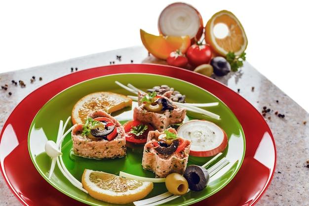 차가운 전채. 다양한 과일과 채소를 곁들인 참치 메달리온