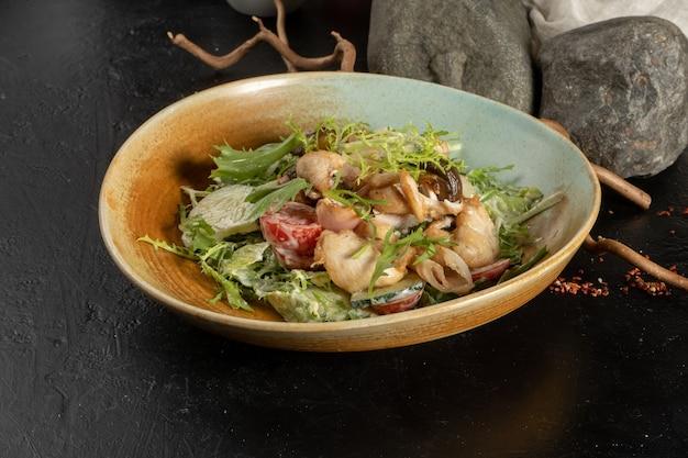 Холодная закуска с рукколой, огурцом, помидором, куриным филе, беконом и заправкой для салата