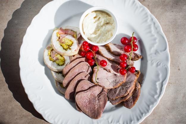 Холодная закуска с рубленым говяжьим языком из смородины и белым соусом
