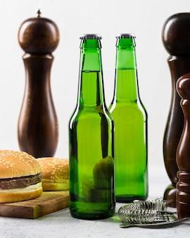 冷たいビールとハンバーガー