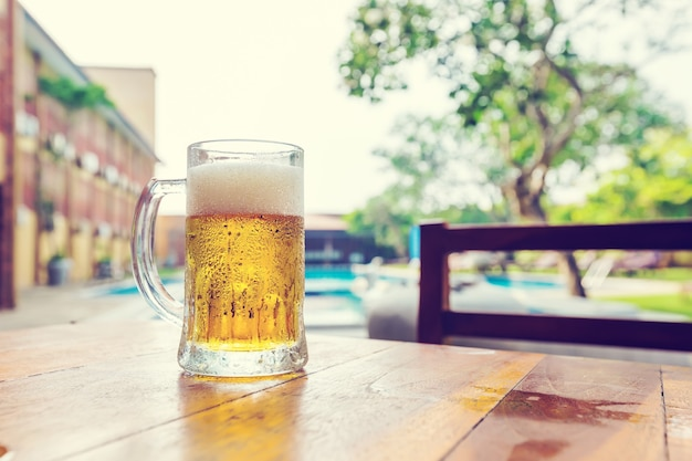 Стакан холодного пива на столе в летнем кафе