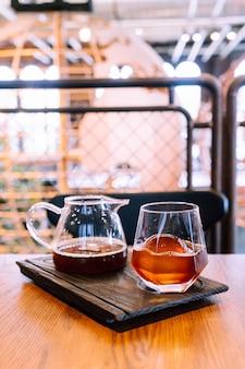 コーヒーショップでガラスと氷と冷たい黒のコーヒー瓶