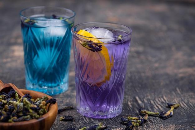 冷たい青と紫の茶蝶エンドウ豆