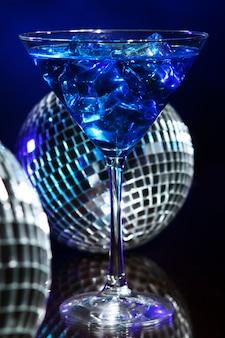 디스코 볼과 차가운 블루 칵테일