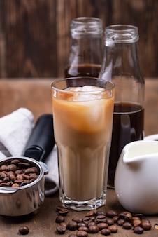Кофе холодного заваривания со льдом и молоком