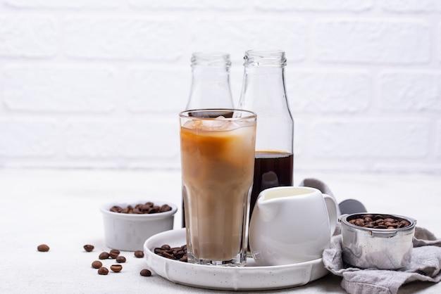 Холодный заварить кофе со льдом и молоком
