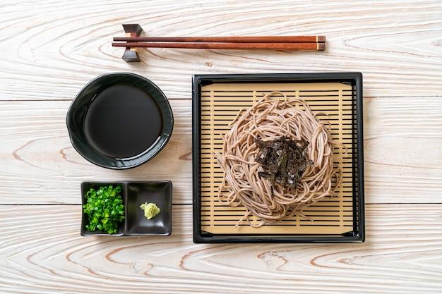 차가운 메밀 소바 또는 자루라면-일식 스타일