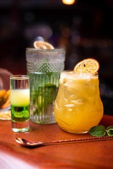 Холодные коктейли с мятой лайм и льдом в стакане с каплями алкогольный напиток в баре