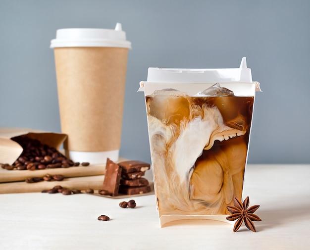 반으로 자른 유리 잔에 차가운 커피와 우유