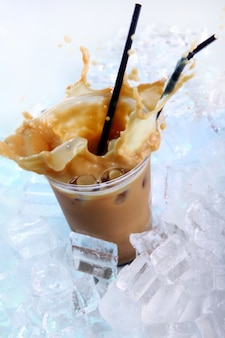얼음과 밝아진 차가운 커피 음료