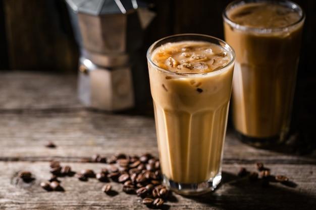 얼음과 크림이 든 차가운 커피