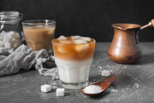 Холодный кофе с кубиками льда на столе
