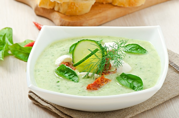 乾燥トマトとモッツァレラチーズの冷たいキュウリのスープ
