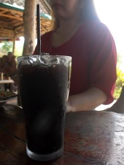 레스토랑에서 잔에 찬 음료.