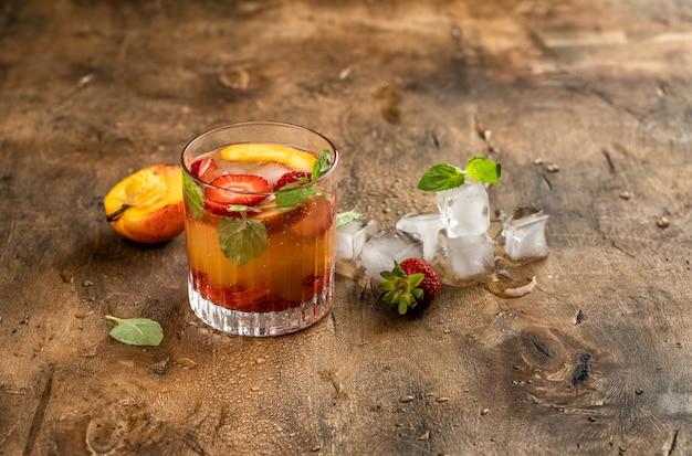 冷たい飲み物桃ストロベリーアイスミント夏レモネードフルーツ果実