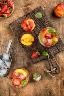 Холодный напиток персик клубника летний лимонад вид сверху