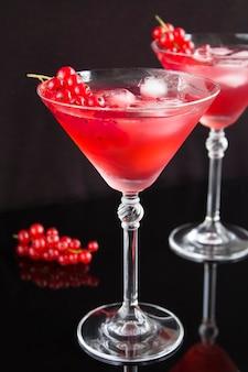 2つのマティーニグラスに赤スグリの冷たい飲み物