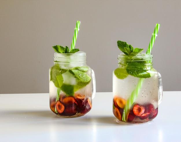 Холодные напитки в бутылочках вишня и мята лимонад коктейль мохито летний ледяной напиток