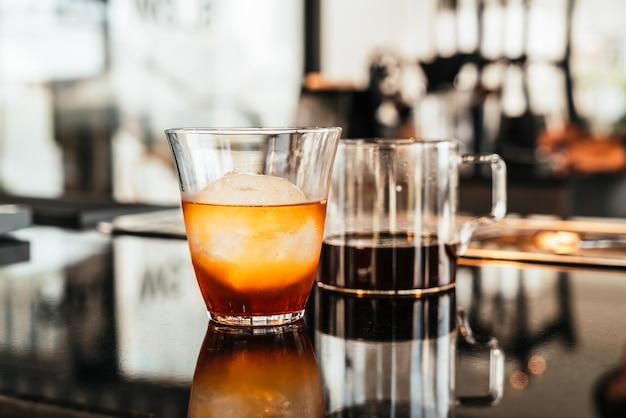 アイスボールとガラスの冷たいドリップアラビカブラックコーヒー