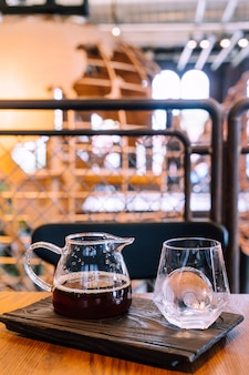 コーヒーショップのカフェやレストランでガラスと氷と冷たいドリップブラックコーヒージャー
