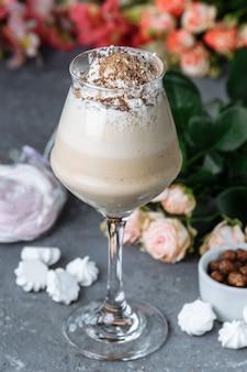 Холодный свежий ледяной кофе с шоколадом, украшенный бисквитом и конфетами