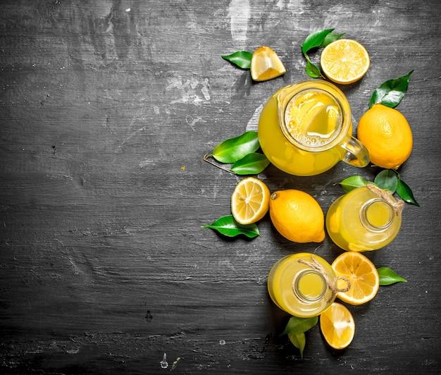 Холодный свежий лимонад с дольками спелых лимонов.