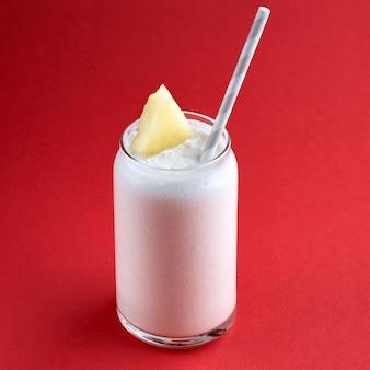 ガラスの冷たい新鮮なメロンのスムージー、夏の飲み物飲料、健康食品のコンセプト、鮮度、エキゾチックなフルーツ