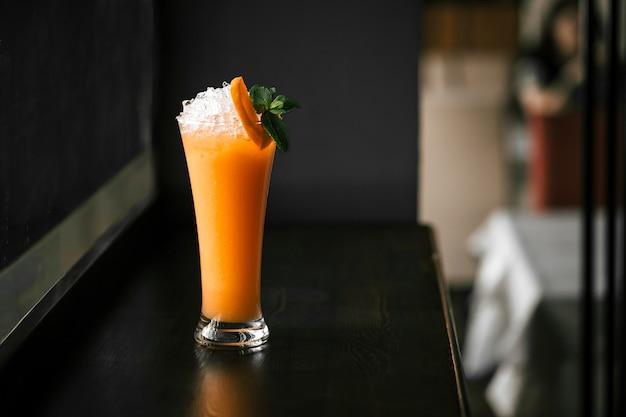 Холодный фреш апельсиновый коктейль с колотым льдом