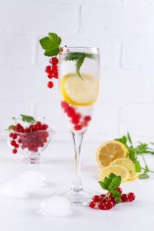 레몬, 딸기, 민트와 얼음으로 차가운 과일 주입 해독 물. 여름 상쾌한 음료