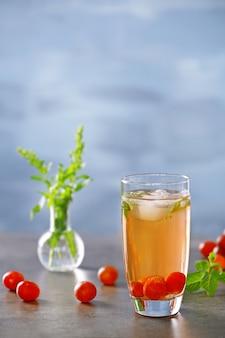 흐린 배경에 차가운 포도 칵테일과 신선한 딸기
