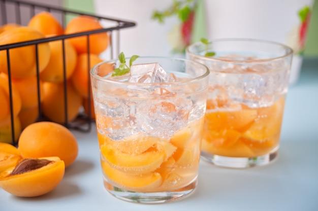 Холодный домашний абрикосовый холодный чай с кубиками льда и мятой