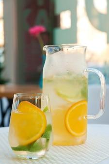 Холодный лимонад в графине и в стакане