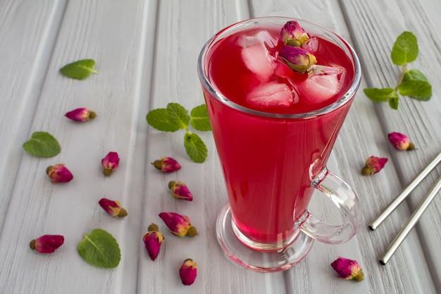 冷たいレモネードまたはピンクのバラのお茶