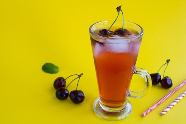 Холодный лимонад с вишней в стакане. крупный план.