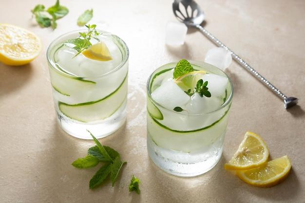 Холодный лимонад с огурцом, лимоном и льдом. летний освежающий напиток.