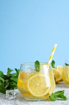 Холодный лимонад со льдом и лимонным соком
