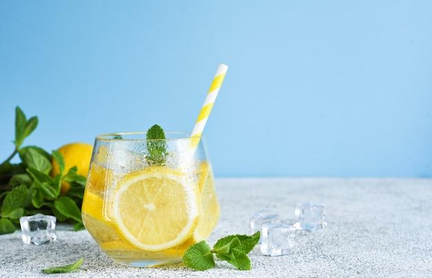 ミントとレモンジュースの冷たいレモネード。新鮮な夏の飲み物。マヒトとレモン。