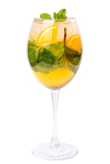 Холодный лимонад с мятой, изолированные на белом фоне. свежий напиток с лимонадом и льдом.
